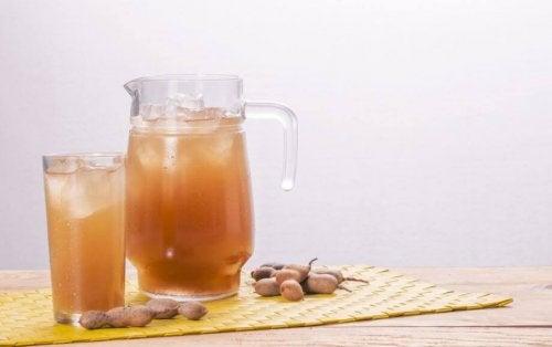Bicchiere e caraffa con acqua al tamarindo.