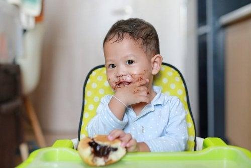 Bimbo mangia un dolce