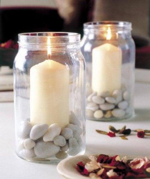 candele dentro barattolo con pietre