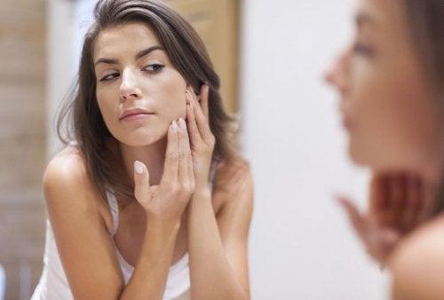 Prendersi cura del viso con semplici azioni