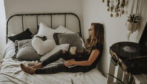 Donna stanca seduta sul letto