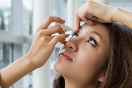Ragazza che mette il collirio per la ipertensione oculare