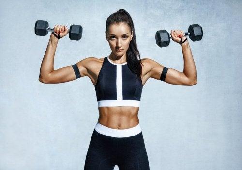 Donna che fa esercizi di rafforzamento