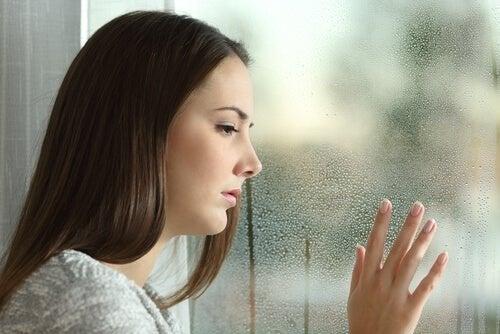 Ragazza con sintomi psicologici della sindrome da rientro