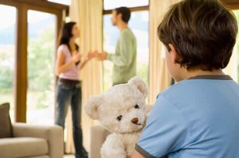 Famiglia disfunzionale, genitori litigano davanti al bambino