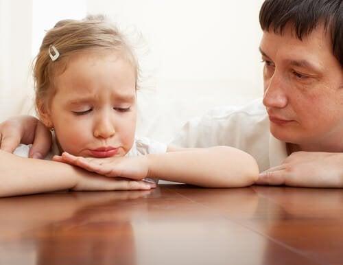 Padre consola la figlia