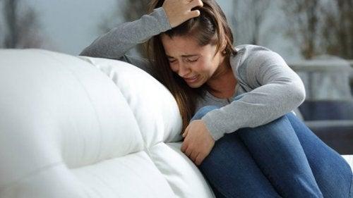 Donna che piange disperata