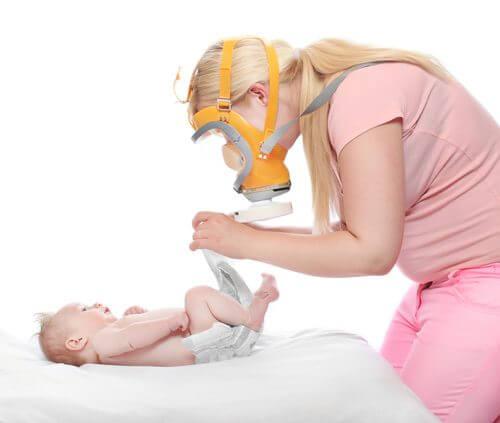 Mamma che cambia il pannolino con la diarrea