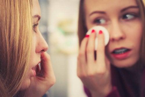 La pulizia della pelle è fondamentale per prendersi cura del viso