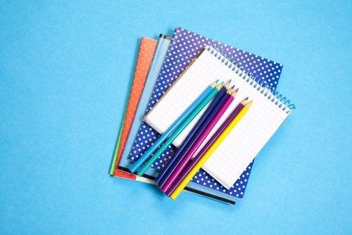 Quaderni e colori a matita