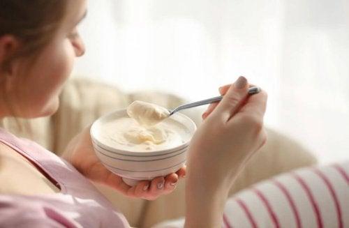 Ragazza mangia uno yogurt