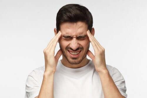Ragazzo con mal di testa