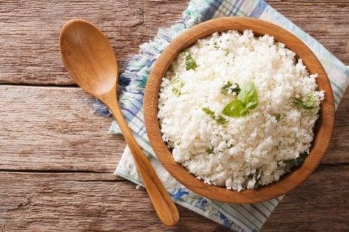 Ciotola di legno con riso bollito