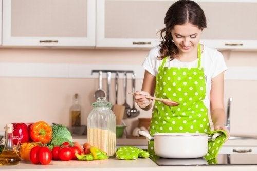 dieta a basso contenuto di grassi, donna cucina verdure