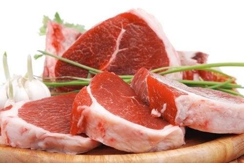 Fette di carne rossa cruda