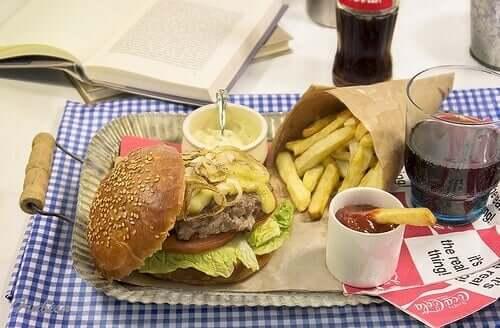 Hamburger, patatine fritte e coca cola