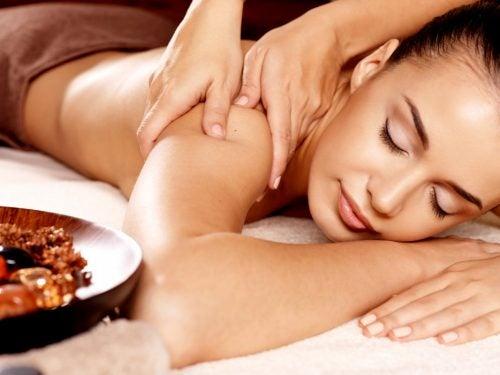 Ragazza che si sottopone  a un massaggio rilassante