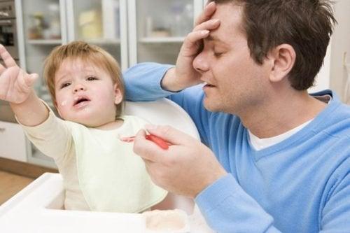Papà disperato mentre dà da mangiare al figlio