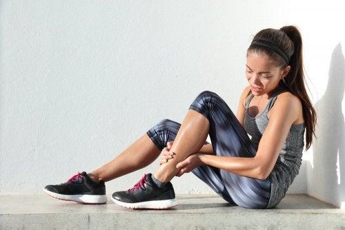 Ragazza con dolore post allenamento