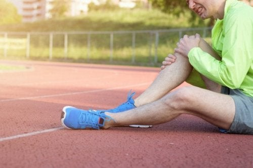 Sportivo con dolore al ginocchio
