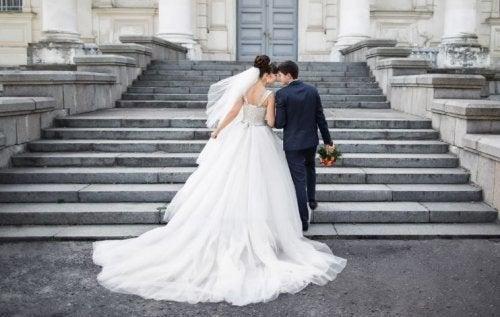 Sposi salgono la scalinata di una chiesa