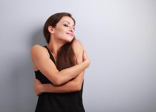 Donna che si abbraccia e si ama