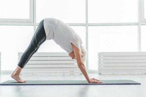 Anziana fa yoga