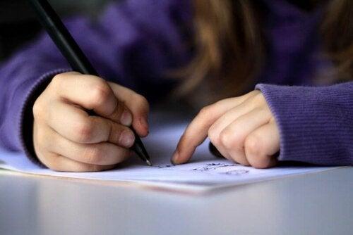 Bambina che scrive