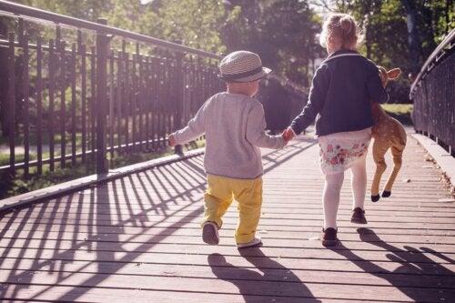 Bambini piccoli camminano tenendosi per mano