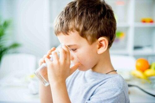 Bere acqua invece di bevande industriali per ridurre lo zucchero nella dieta dei bambini