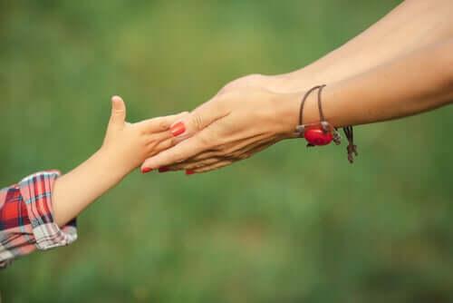 Mani madre e figlia.