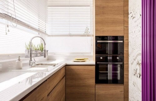 Cucina di legno con piano bianco