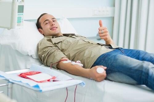 Donatore di sangue sorridente sul lettino