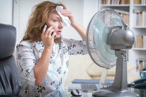 Stress termico, donna accaldata e ventilatore