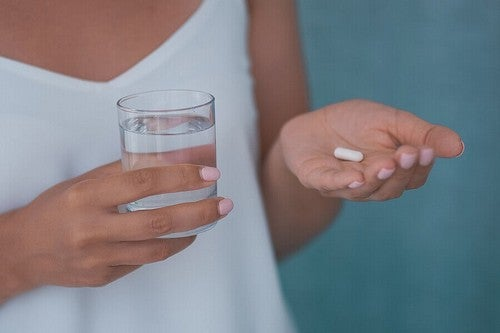 Donna con bicchiere e capsula