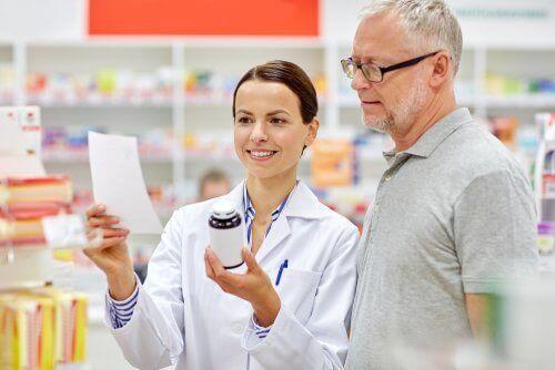 Farmacista e cliente leggono il foglietto illustrativo di un farmaco