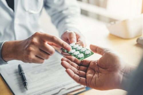Medico mostra farmaco al paziente