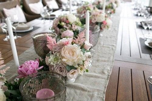 Runner da tavola con fiori e candele