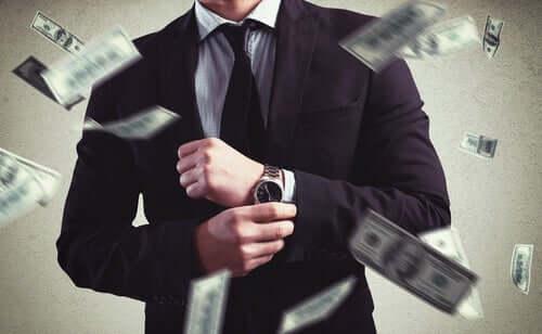 Uomo circondato da soldi.