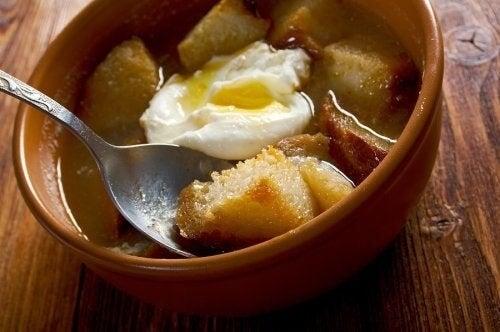 Zuppa d'aglio castigliana per i menù invernali