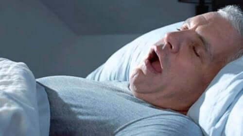 Uomo con apnea del sonno