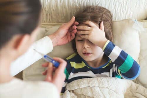 Bambino che si misura la febbre
