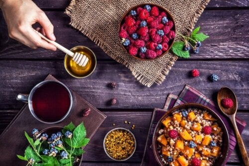 Cereali, miele e frutti di bosco