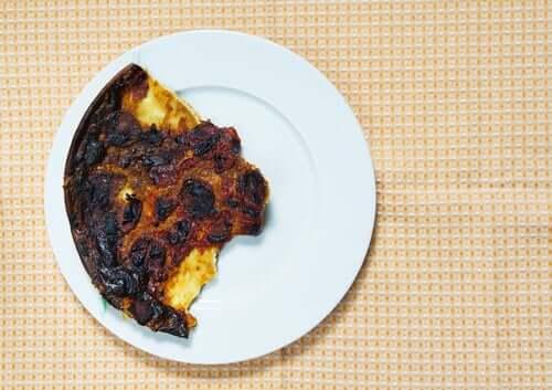 Cibo bruciato che produce acrilammide