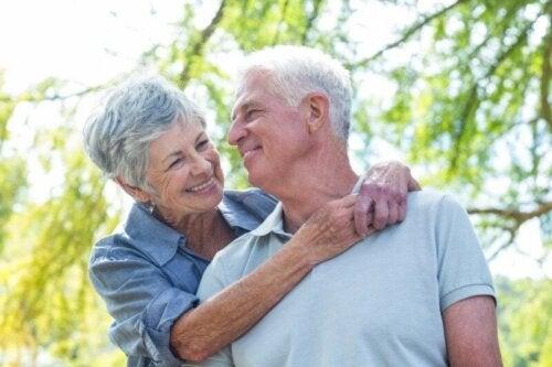 Coppia di anziani abbracciata e sessualità durante la terza età