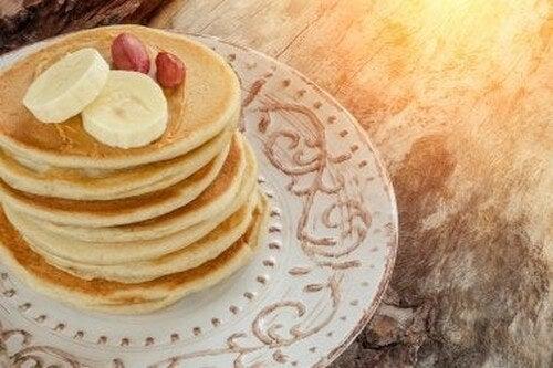 Pancake con banana per una colazione deliziosa
