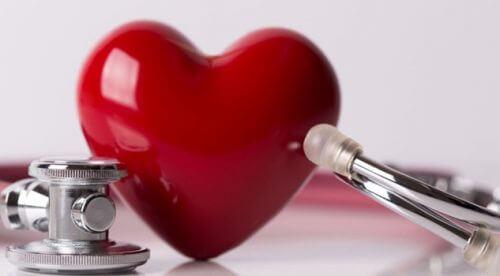 Cuore e stetoscopio persone sensibili al Covid-19