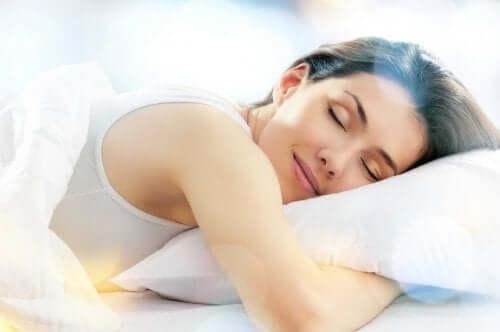 Donna abbracciata al cuscino