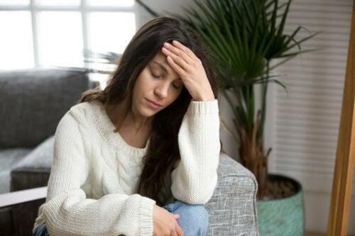 Ragazza con mal di testa per mancanza di sonno