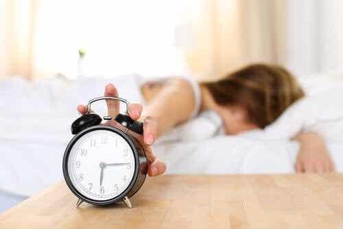 Svegliarsi stanchi: perché ci succede?